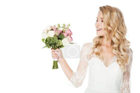 heureuse jeune mariée avec bouquet de mariée isolé sur blanc