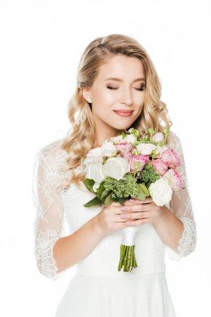sourire de jeune mariée avec bouquet de mariée isolé sur blanc