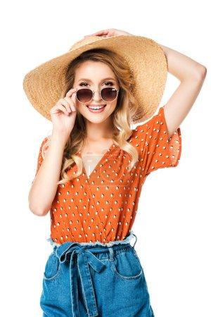 Photo pour Portrait de belle femme heureuse en chapeau de paille et lunettes de soleil posant isolé sur blanc - image libre de droit