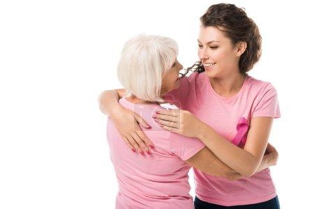 Photo pour Femmes en t-shirts roses s'embrassant et se souriant isolées sur blanc, concept de sensibilisation au cancer du sein - image libre de droit
