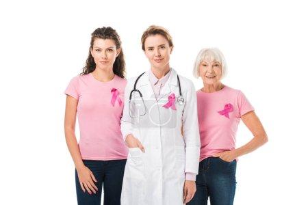 Photo pour Médecin et les femmes avec des rubans de sensibilisation au cancer du sein regardant la caméra isolée sur blanc - image libre de droit