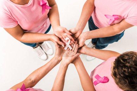 Photo pour Plan recadré de femmes en t-shirts roses tenant un ruban de sensibilisation au cancer du sein isolé sur blanc - image libre de droit
