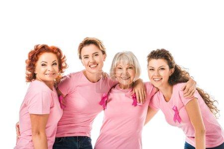 joyeuses femmes t-shirts rose avec des rubans de sensibilisation du cancer du sein souriant à la caméra isolé sur blanc