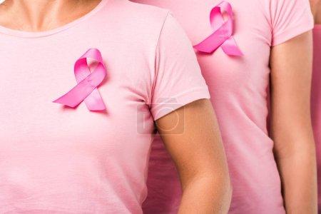 Photo pour Plan recadré de femmes en t-shirts roses avec rubans de sensibilisation au cancer du sein - image libre de droit
