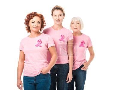 femmes souriantes avec des rubans roses rassemblés et regardant la caméra isolé sur blanc, notion de sensibilisation du cancer du sein