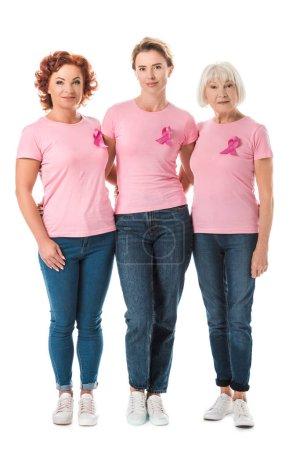 Frauen mit rosafarbenen Bändern stehen zusammen und schauen vereinzelt in die Kamera.