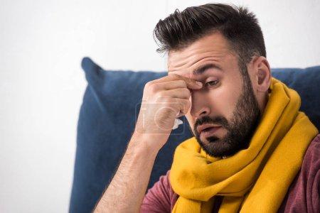 Photo pour Portrait en gros plan d'un jeune homme malade atteint d'une infection sinusale touchant son nez - image libre de droit