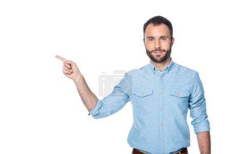 Photo pour Homme barbu pointant sur quelque chose isolé sur blanc - image libre de droit