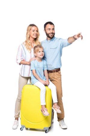 Photo pour Famille souriante avec sacs de voyage jaunes isolés sur blanc - image libre de droit