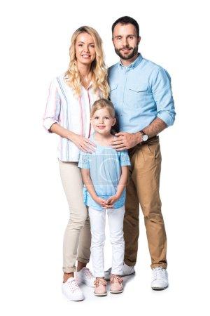 vue de face des heureux parents avec enfant isolé sur blanc