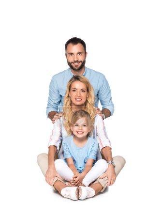 parents souriants avec fille regardant caméra isolé sur blanc