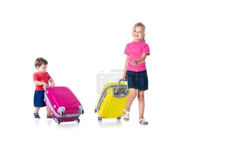 Photo pour Frères et sœurs avec sacs de voyage isolés sur blanc - image libre de droit
