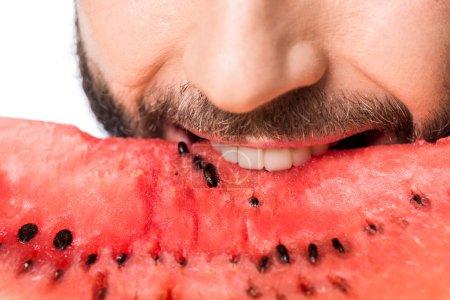 abgeschnittene Ansicht des Mannes, der Wassermelone isoliert auf weißem Grund isst