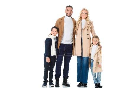 parents élégants embrassant les enfants heureux en manteaux beige, isolé sur blanc