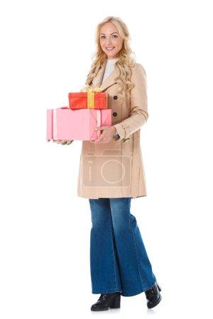Foto de Mujer feliz en la capa de color beige con regalos, aislados en blanco - Imagen libre de derechos