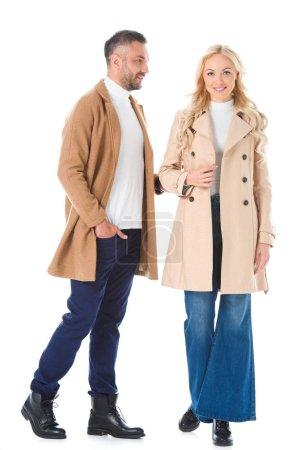 Photo pour Beau couple posant dans beige manteaux automne, isolé sur blanc - image libre de droit