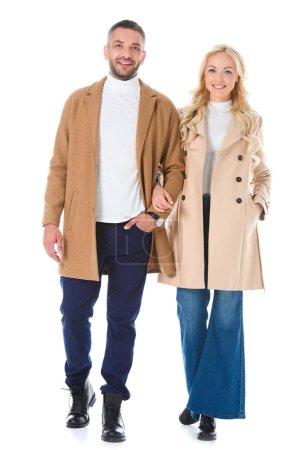 Photo pour Couple posant dans tendance beige manteaux automne, isolé sur blanc - image libre de droit