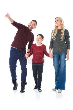 famille, main dans la main avec des fils en tenue d'automne, homme pointant quelque chose isolé sur blanc