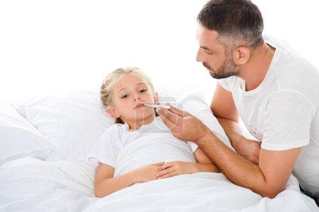 Photo pour Père mesure la température du corps à adorable fille malade, isolée sur blanc - image libre de droit