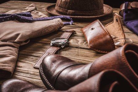 Photo pour Gros plan vue d'arrangement de chemise chic masculin et accessroies sur une table en bois - image libre de droit