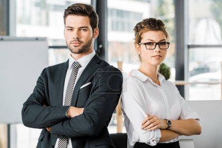 Foto de Retratos de gente de negocios seguros en ropa formal con los brazos cruzados en la oficina - Imagen libre de derechos