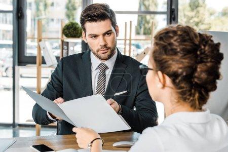 Photo pour Homme d'affaires et partenaire commercial avec des documents discutant du travail sur le lieu de travail au bureau - image libre de droit