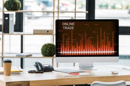 Photo pour Bouchent la vue du lieu de travail avec l'écran de l'ordinateur avec le commerce en ligne, inscription au bureau - image libre de droit