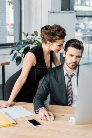 Photo pour Jeune femme séduisante flirtant avec le collègue pendant le travail au bureau - image libre de droit