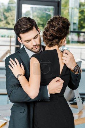 robe de décompression jeune homme d'affaires de la séduisante femme d'affaires au lieu de travail au bureau