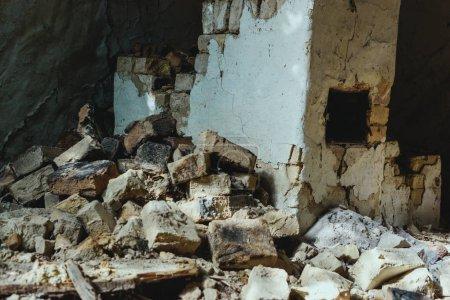 opuszczony-stary-budynek-z-nierownej-sciany