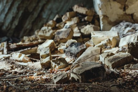 Photo pour Un bâtiment abandonné avec épars endommagé briques étage - image libre de droit