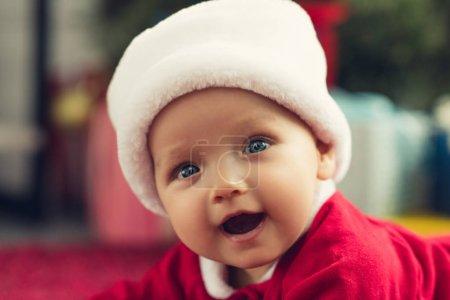 gros plan portrait de l'adorable petit bébé en bonnet de regarder la caméra