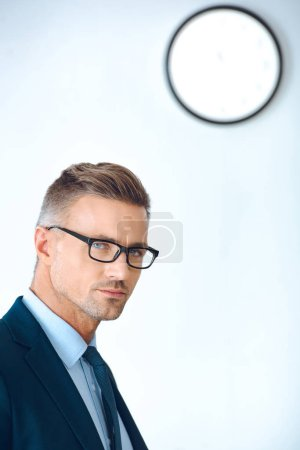 Photo pour Bel homme d'affaires dans les lunettes et tenues en regardant la caméra - image libre de droit