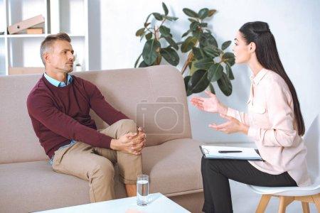 Photo pour Homme et femme psychologue parler au cours de la séance de thérapie - image libre de droit