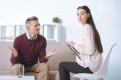 """Постер, картина, фотообои """"мужчина и женщина психолог, имея терапевтической сессии"""""""
