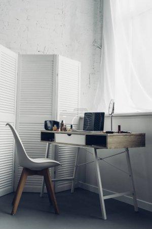 Foto de Lugar de trabajo con las fuentes de laptop y maquillaje en casa - Imagen libre de derechos