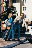 """Постер, картина, фотообои """"пара туристов с рюкзаком и камера открытия автомобиль на улице"""""""