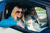 """Постер, картина, фотообои """"улыбаясь пара туристов вождения автомобиля во время путешествия вместе"""""""