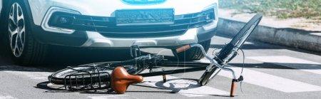 Photo pour Bouchent la vue de cassé de vélos et de voitures sur route, concept d'accident de voiture - image libre de droit