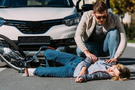 Photo pour Jeune femme fauchés par conducteur en voiture sur la route, concept d'accident de voiture - image libre de droit