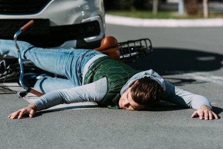 Photo pour Cycliste masculin frappé par la voiture sur la route, concept d'accident de voiture - image libre de droit