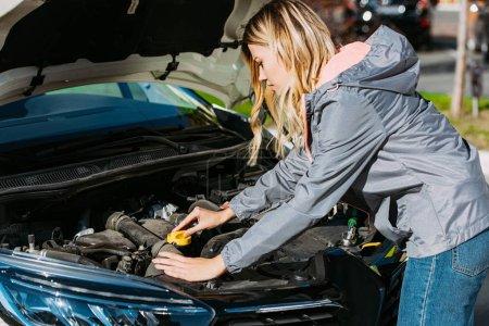 Photo pour Jeune femme réparer voiture cassée sur la route - image libre de droit