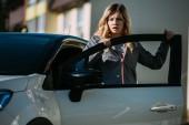 """Постер, картина, фотообои """"Испуганный молодой женщиной открытия двери автомобиля и глядя после ДТП"""""""