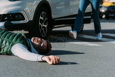 Foto de Recortar foto de mujer a víctima de accidente en carretera - Imagen libre de derechos