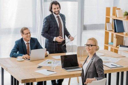 Photo pour Agents d'assurance, assis à table à la réunion dans le Bureau - image libre de droit