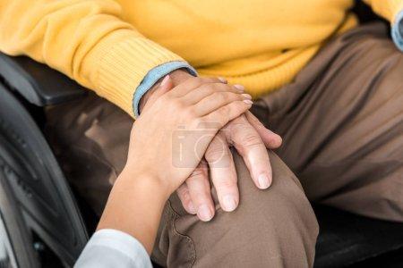 Photo pour Gros plan de femme médecin holding désactivé senior patient main - image libre de droit