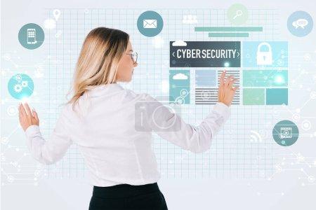 Foto de Vista posterior de empresaria en lentes apuntando a cyber seguridad signos aislados en blanco, el concepto de seguridad de la información - Imagen libre de derechos