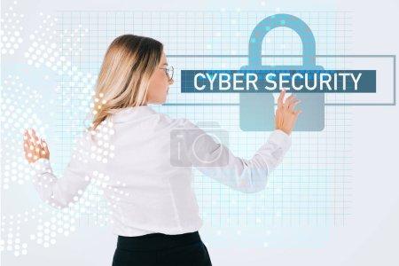 Foto de Vista posterior de empresaria en lentes apuntando a cyber seguridad signo aislado en blanco, el concepto de seguridad de la información - Imagen libre de derechos