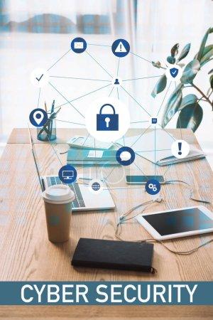 Foto de Cerrar vista de cyber seguridad firma, lugar de trabajo con ordenador portátil, café para llevar y notebook - Imagen libre de derechos