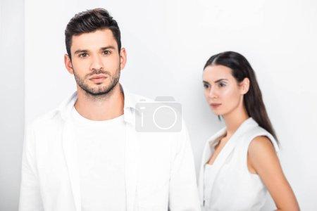 Foto de Cerca de adultos pareja elegante en blanco total - Imagen libre de derechos